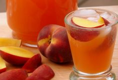 Peach Lemonade - 4 cups water 2 cups coarsely chopped peaches cup sugar 1 cup fresh lemon juice (about 6 large lemons) 4 cups ice 1 peach cut into 8 wedges Yummy Drinks, Healthy Drinks, Peach Lemonade Recipes, Lemonade 4, Iris, Gluten Free Peach, Endive Recipes, Jucing Recipes, Mackerel Recipes