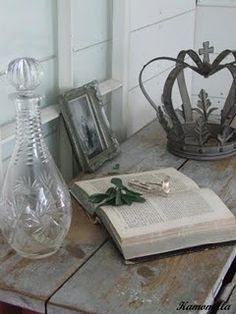 Crown, vintage book and barn wood Royal Crowns, Tiaras And Crowns, Crown Centerpiece, Crown Decor, Metal Crown, Invisible Crown, Queen Crown, Vintage Glam, French Country Style