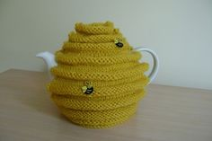 Hand knitted honey pot, bee hive and bee teapot cozy. Crochet Bee, Bee Do, Dog Blanket, Tea Cozy, Fabric Gifts, Cosy, Hand Knitting, Knitted Hats, Cup Cozies