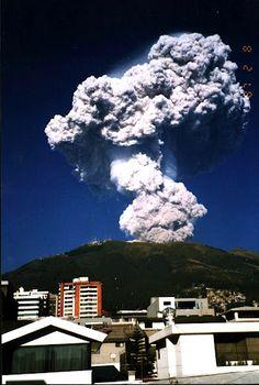 Erupción del Pichincha vista desde Quito