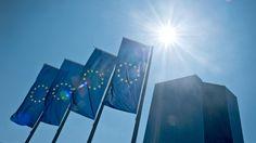 Europa-Flaggen wehen vor der Zentrale der Europäischen Zentralbank (EZB) in Frankfurt am Main. (picture alliance / dpa / Boris Roessler)