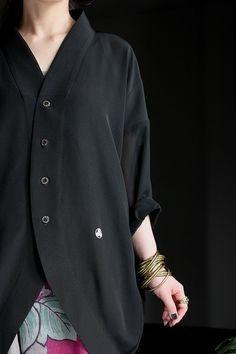 一越縮緬と絽の喪服をリメイク!○素材・・・正絹○サイズ ・着丈/約88.0cm(後中心) ・身幅/約70.6cm ・裾幅/約49.0cm ・袖幅/約22.7cm ・袖口巾/約15.0cm … Kate Model, Love Fashion, Womens Fashion, Kimono Fabric, Couture, Japanese Kimono, Outerwear Women, Dressmaking, Hijab Fashion