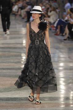 06/12/16: Fabric with a pattern, enhanced with flower apliques.  Défilé Chanel Croisière 2017 9