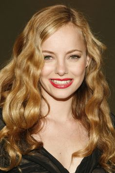 Bijou Phillips Orange/flaxen hair, neutral creme & peach contouring Opaque Strawberry-red lips Applicable to me