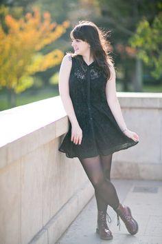 Look com vestido preto de renda meia calça preta coturno borgonha bordô e chapéu com orelhinhas