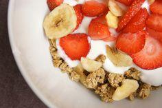 Frühstückscrunchy mit frischen Erdbeeren