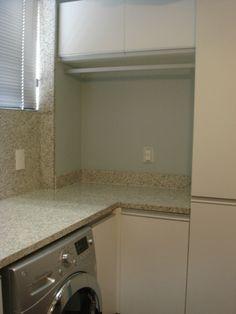 Contemporary laundry room. cabideiro + armario alto