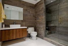 Kamar mandi minimalis natural dengan batu alam