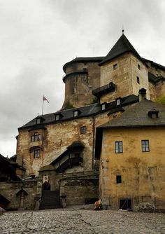 Orava Castle - Slovakia - very neat, looks like you might see Frankenstein here Bratislava, Beautiful Castles, Beautiful Places, Monuments, The Places Youll Go, Places To See, Europe Centrale, Famous Castles, Destinations