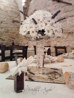 Gianluca e Gaia - centrotavola margherite e lavanda , segnaposto boccetta liquore# centerpiece daisies and lavender, placeholder liquor bottle