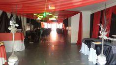 Salón decorado en rojo negro y blanco