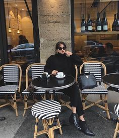 Shared by Vogue. Find images and videos about girl, fashion and outfit on We Heart It - the app to get lost in what you love. Cafe Style, My Style, French Style, Estilo Glamour, Classic Chic, Classic Fashion, White Fashion, Parisian Chic, Vogue