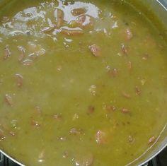 A Sopa de Ervilha com Costelinha Defumadaé fácil de fazer, saborosa e todos vão adorar. Sirva com pão fresco e saboreie essa delícia junto com a família!