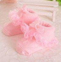 Babysokjes met kant in de kleur Roze. Schattige baby sokken voor uw kleine meisje. Ook leuk om cadeau te geven. Gemaakt van zacht katoen.