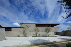 3218 Modern Japanese Architecture, Minimal Architecture, Interior Architecture, Garden Design, House Design, Concrete Houses, House Elevation, Decks And Porches, Facade House