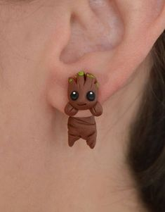 Groot earring, inspired in Guardians of the Galaxy. Select one single earring or a set/pair in ''quantity'') Hello! this is an original earring of the cute character Groot, inspired in Guardians of Cute Polymer Clay, Cute Clay, Polymer Clay Crafts, Polymer Clay Earrings, Guardians Of The Galaxy, Ring Der O, Baby Groot, Accesorios Casual, Cute Characters