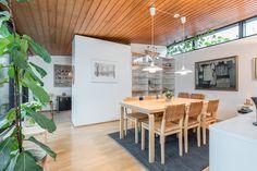 Huikea atriumpiha talon keskellä Kastun ok-talo alueella! Tämä arkkitehti Jarkko Kosken suunnittelema yksilöllinen ja arkkitehtoninen talo on valmistunut 1972 ja sisältää joukon moderneja rakenneratkaisuja, kuten hienon ja täysin suojaisan atriumpihan... Dream Houses, Table, Furniture, Home Decor, Dream Homes, Decoration Home, Room Decor, Tables, Home Furnishings