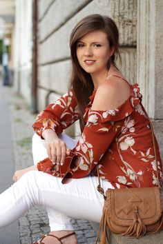 Todays summer outfit is a combination of a floral off shoulder blouse and a white ripped jeans. Fashionblogger Deutschland. JustMyself. geblümte Bluse in rot braun von Mango. Brunette. lange braune Haare. Smile. Happy girl