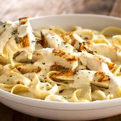Fettucine alfredo is a quintessential Americanized pasta dish — creamy, cheesy, and loaded in calories. Low Carb Brasil, Cooking Recipes, Healthy Recipes, Restaurant Recipes, Pasta Dishes, Italian Recipes, Chicken Recipes, Sauce Recipes, Gastronomia