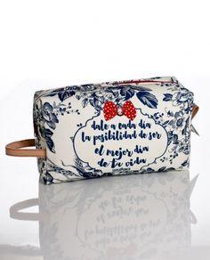 #Neceser cuadrado grande confeccionado en tela con foam estampada en azul y blanco con #frases.