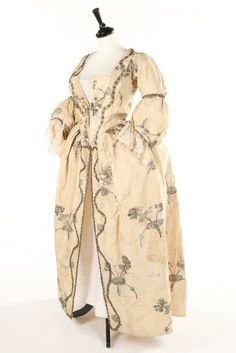 Robe à l'Anglaise, fabric: 1740s, later alterations. Ivory silk , woven with large carnation sprays and buds in silver thread.