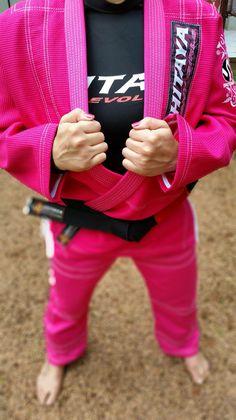 Kimono Shitaya Feminino Pink. Sim, eu disse pink!!! Para as atletas que desejam diversificar o uniforme de treino.   O Kimono Shitaya é trançado de alta resistência, utilizado em treinamentos diários por atletas. Kimonos na cor rosa não são aceitos em competições, mas isso não impede que você o utilize nos treinos.   Osss!!! #Shitaya #BJJ #JiuJitsu #kimono #Mulhernotatame #bjjgirls #jiujitsuparamulheres #jiujitsugirls #KimonoRosa #Pink