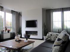 Een licht en royaal appartement. Prachtig die opmaat gemaakte wand voor tv en haard