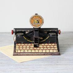 Toy typewriter - so sweet! Modern Industrial, Design Industrial, Nerd Decor, Interior Design Books, Antique Typewriter, Harry Potter Decor, Bookshelf Styling, Vintage Typewriters, Home Decor Inspiration