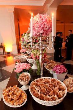 castiçal mesa de doces com topiaria de lisiantus cor de rosa