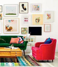 Com tapete colorido, sofá verde e poltrona vermelha, esta sala é repleta de cores vibrantes. A paleta de cores pode inspirar a sua casa.