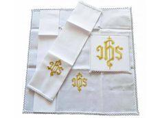 Conjunto de altar con JHS bordado con hilo dorado / Communion linens with golden JHS embroidery (2/2). http://www.articulosreligiososbrabander.es/panos-de-altar-con-jhs-bordado-con-hilo-dorado.html