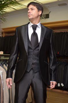 Traje gala custom, brocado negro floral para solapa, chaleco, vivos de bolsillos y nudo corbatón.