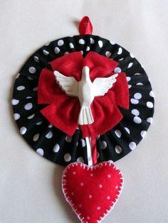 Mandala (Divino Espírito Santo) confeccionada com CD reciclado, com tecido, feltro e fitas de cetim. Diametro: 12cm R$ 30,00