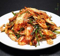 배추 겉절이 연하고 단맛 좋은 알배추에 무와 ... Korean Dishes, Korean Food, Korean Recipes, K Food, Cooking Recipes, Healthy Recipes, Kimchi, Food Plating, Japchae