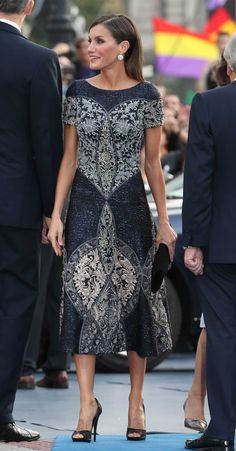 Queen Letizia in elegant Hand-embroidered Dress for Princess of Asturias Awards Queen Fashion, Royal Fashion, Fashion Beauty, Womens Fashion, Princess Letizia, Queen Letizia, Princess Kate, Kate Middleton Queen, Queen Rania