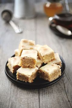 These little spice squares, between gingerbread and leckerlis (small Alsatian delicacies prepared for Christmas), are really delicious. It was a neighbor who had offered me wishing me a happy new year. Her gourmet gift consisted of different … Biscuit Bar, Biscuit Cookies, Fun Baking Recipes, Cake Recipes, Breakfast Bars, Breakfast Recipes, Fundraiser Food, Spice Bread, Gourmet Gifts