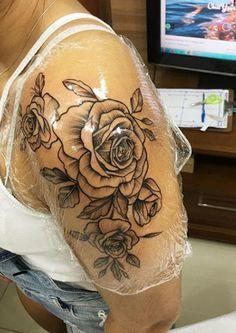 30 Ideas Tattoo Frauen Rosen Oberarm For 2019 - tatoo feminina Hot Tattoos, Pretty Tattoos, Flower Tattoos, Body Art Tattoos, Tribal Tattoos, Girl Tattoos, Small Tattoos, Rose Sleeve Tattoos, Tatoos