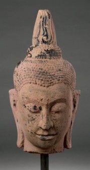 Pierre grès beige à traces de laque. Thaïlande. Début du Royaume d'Ayutthaya. 15/16e siècle. 62 cm