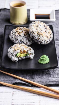 Onigiri : Wie Sushi nur besser   ZUTATEN    120g Sushireis  1/2 Avocado  30g Erdnüsse, geröstet und gesalzen  2 Noriblätter  30g Sesamsaat  2 EL Reisessig  2 TL Zucker  2 EL Sesamöl  Salz