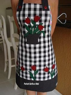 gingham and tulips - great use of applique Cute Aprons, Work Aprons, Apron Designs, Sewing Aprons, Creation Couture, Kitchen Aprons, Aprons Vintage, Smocking, Gingham