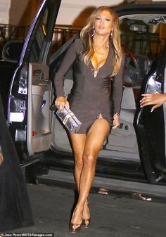Jennifer Lopez flaunts cleavage in short grey dress on Hustlers set - Jennifer Lopez flaunts cleavage and legs in short grey dress on the set of Hustlers Jennifer Lopez Bikini, Jennifer Lopez Body, Jennifer Lopez Photos, Sexy Outfits, Sexy Dresses, Dresses With Sleeves, Sexy Legs And Heels, Beautiful Legs, Beautiful Celebrities