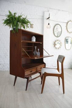 Vintage barkast / secretaire Louis van Teeffelen Afmetingen: B: 90 cm D: 45 cm H: 129 cm Levering op aanvraag