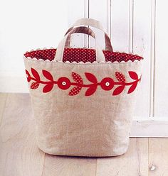 love the applique & ric rac Craft Bags, Linen Bag, Patch Quilt, Fabric Bags, Cute Bags, Handmade Bags, Bag Making, Purses And Bags, Sewing Projects