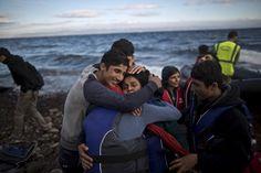 Una familia de refugiados afganos se abrazan después de llegar en un bote desde la costa turca a la isla griega de Lesbos.