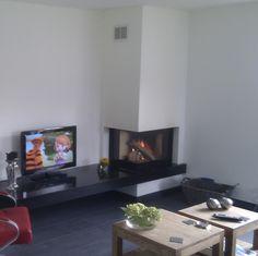 Hoek liftdeurhaard op hout Living Tv, Living Room, Log Burner, Fireplace Design, Sweet Home, Interior Design, Cool Stuff, Babyshower, Inspiration