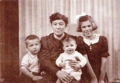 Dit is steven's gezin een aantal jaar geleden. Hij leeft samen met zijn oma (links), mama (rechts) en zijn kleine broer Davey (op oma's schoot). Ze wonen samen in het huis van oma. Steven's papa en opa zijn overleden.