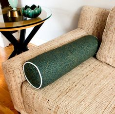 Making a bolster out of old, clean towels (either for home decoration or for yoga, to get that firm support, place 2-3 swim noodles in center) Swim Noodles, Clever Diy, Beach Towel, Yoga Bolster, Bolster Pillow, Neck Pillow, Sewing Pillows, Diy Pillows, Decorative Pillows