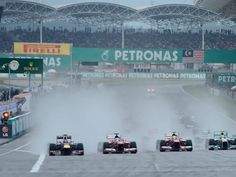 The leaders race towards Turn 1 in the spray at the Malaysian GP