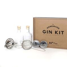 Amaze guests with your very own blend of homemade gin with this homemade gin kit from Men's Society. This clever kit contains the tools needed to transform ordinary vodka into gin; two glass bottles Gin Making Kit, Wine Making, Make Your Own Gin, Glass Bottles, Perfume Bottles, Diy Father's Day Gifts Easy, Le Gin, Ball Mason Jars, Bar Accessories