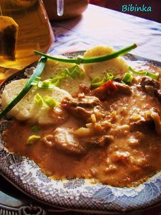 Maso nakrájíme na kostky a prosolíme je, slaninu na kostičky, cibuli na drobnější kousky, papriku a zelí na proužky a rajče na kousky. V hrnci na... No Salt Recipes, Pork Recipes, Snack Recipes, Cooking Recipes, Recipies, Czech Recipes, Ethnic Recipes, My Favorite Food, Curry